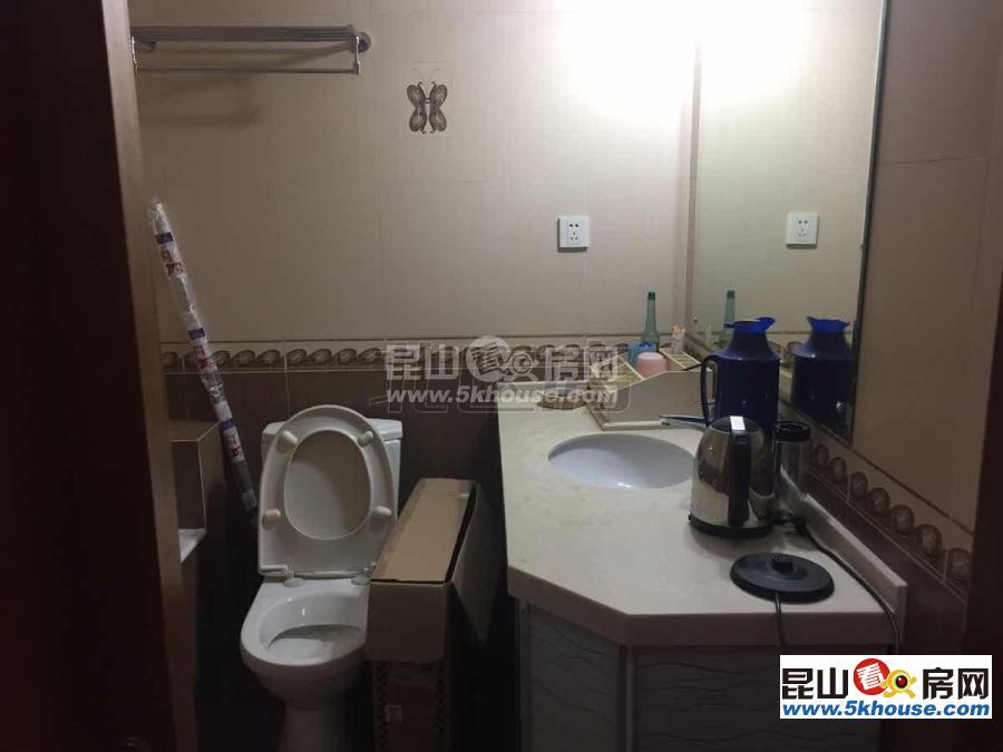 枫景苑b区 2100元月 3室2厅2卫,3室2厅2卫 精装修 便宜出租,适合附近上班族