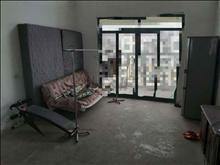 急租价格实惠,租两室送一室,复试,里面什么都有,电梯楼,方便交通也方便,