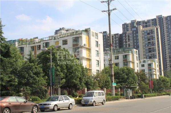 青城之恋   送超大花园  大3房180万   精装自住  降价急售