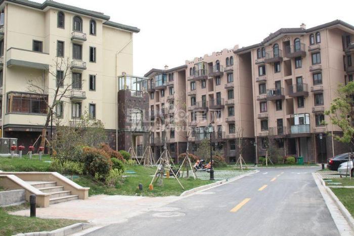 沿街商铺,两层一楼4.5米,二楼4.2米,精装修带租约出售