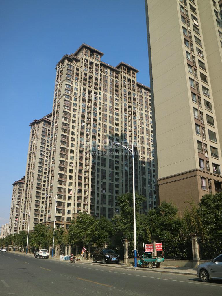 昆山城东世茂东外滩,两房出租,精装修2000,房东去上海发展,求会保养者